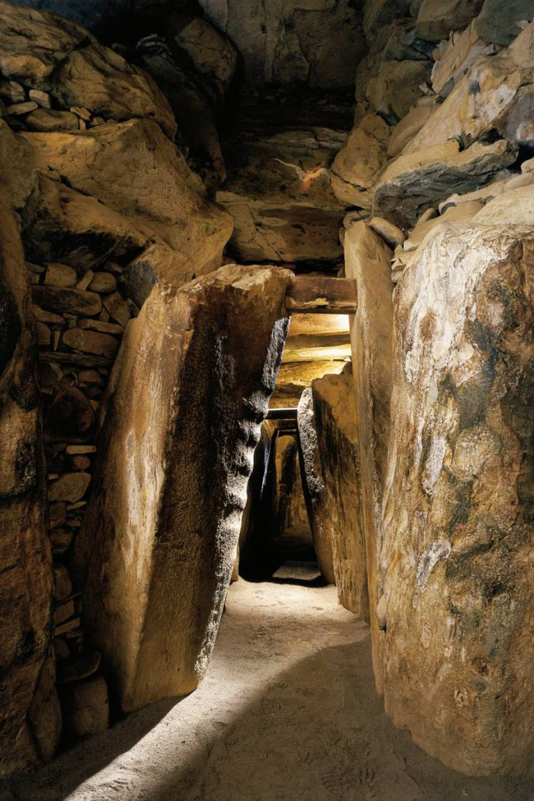 La estructura tiene un orificio en el techo que permite que el sol del amanecer de cada solsticio de invierno ilumine por completo todo el interior de la tumba