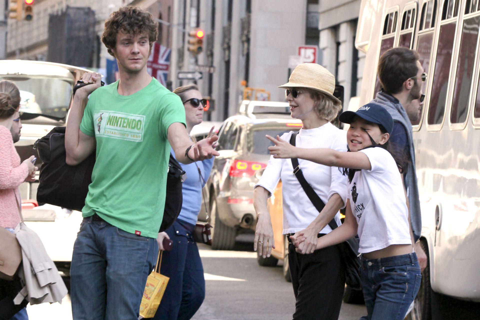 Meg Ryan junto a sus hijos, Jack, fruto de su relación con Dennis Quaid; y Daisy True, a quien adoptó en 2006 en China
