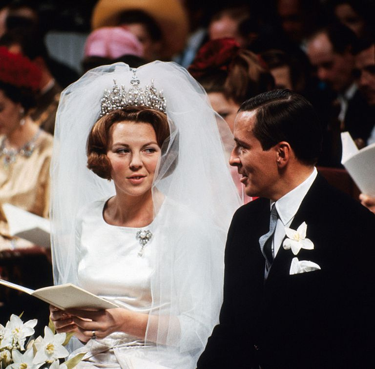 Beatriz de Holanda llegó a hacer tres días de ayuno para que el Parlamento aceptara su casamiento con Claus von Amsberg, que en su pasado había estado en las Juventudes Hitlerianas. Se casaron el 10 de marzo de 1966 y hubo algunos disturbios en un país todavía sensible a los horrores del nazismo.