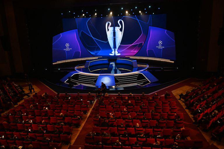 Esta imagen muestra el escenario durante el sorteo del torneo de fútbol de la UEFA Champions League en Estambul el 26 de agosto de 2021. (Foto de OZAN KOSE / AFP)