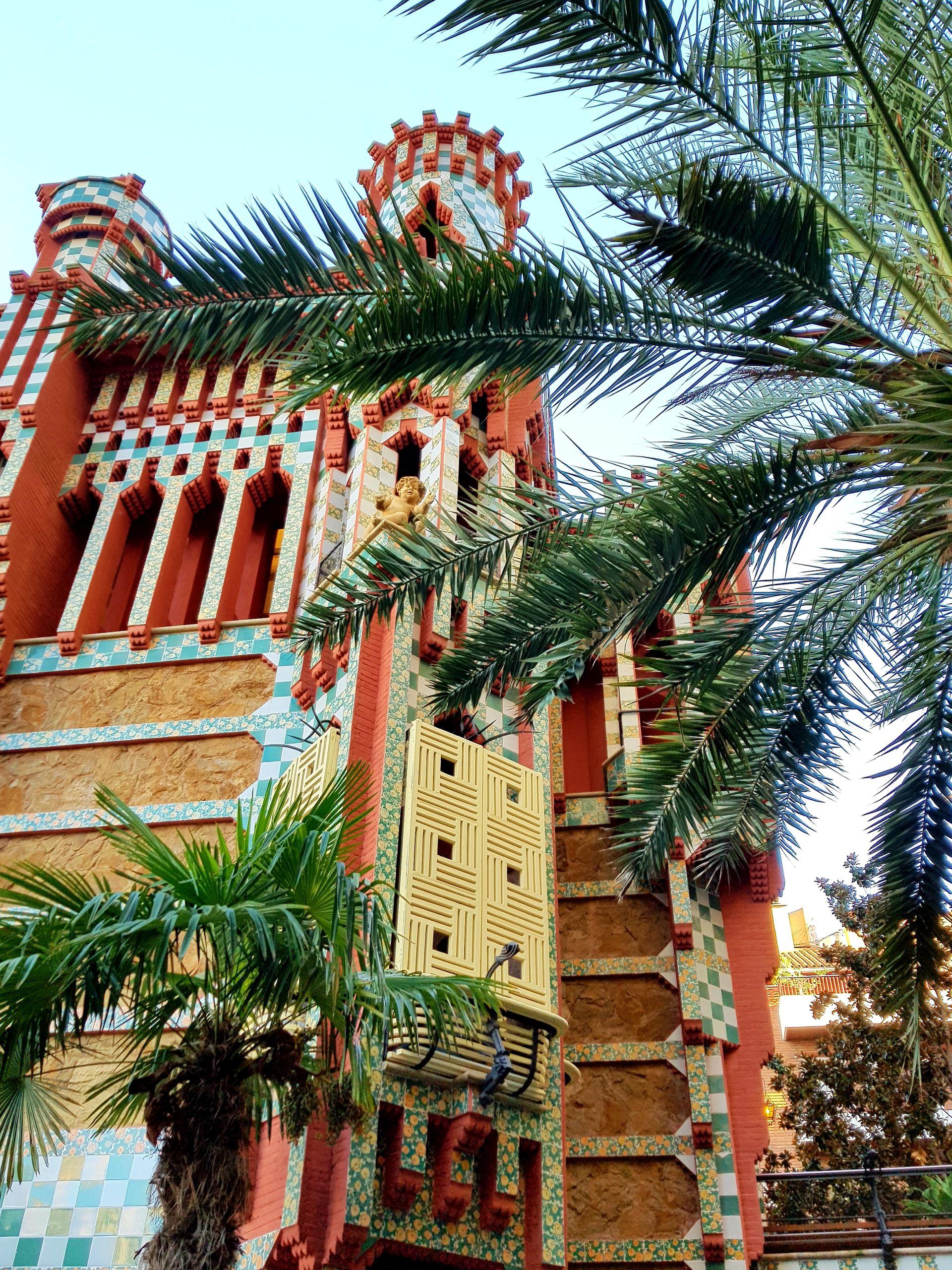 LaCasa Vicenses un edificiomodernistaque seconstruyó entre 1883 y 1888. En la fecha en la que se construyó, Gracia era todavía un núcleo urbano independiente de Barcelona y poseedor de Ayuntamiento propio, con la categoría de villa.Esta obra pertenece a laetapa orientalistade Gaudí.