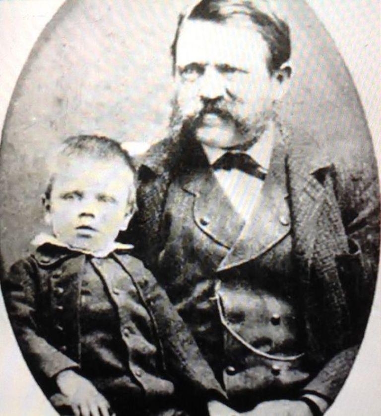 Adolf, junto a su padre Alois Hitler