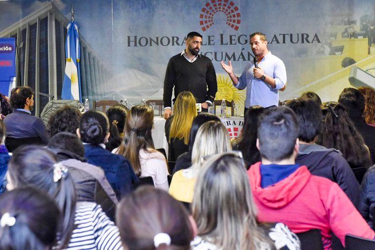 Franco Pani y Sébastien Boueilh, los responsables de Coloso con Pies de Barro en la Argentina y Francia, dando una charla en la legislatura de Tucumán, de donde Pani es oriundo.