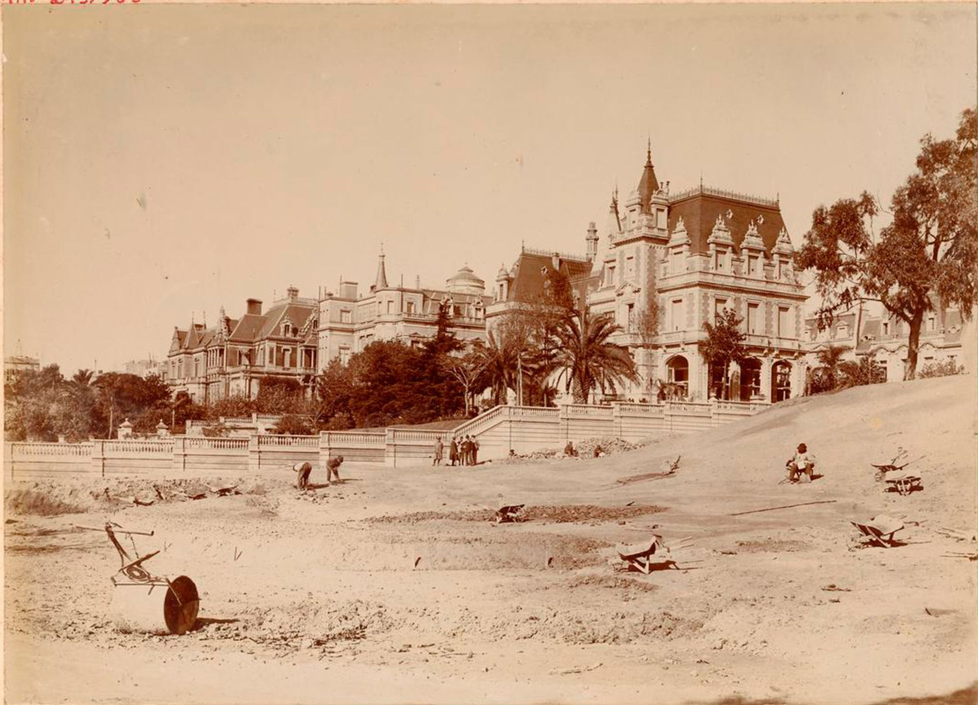 Fachada noroeste del Palacio Dose, fotografiado desde la barranca que desembocaba en la ribera del Río de la Plata.