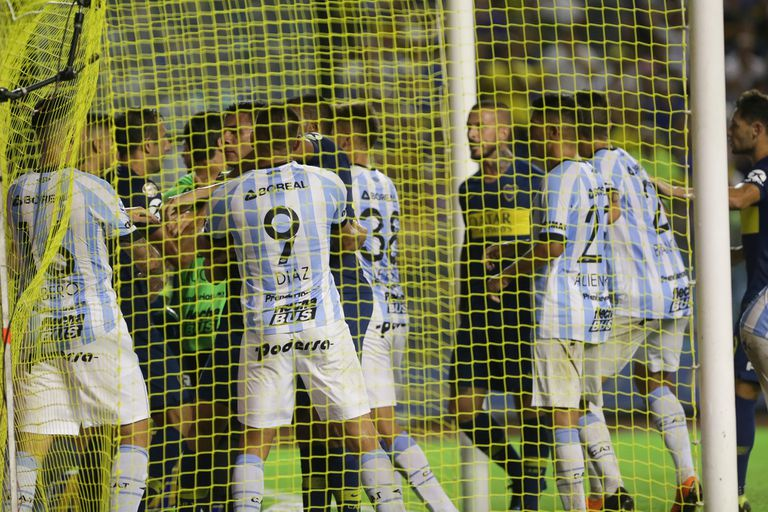 Dentro del arco de Atlético hubo empujones.