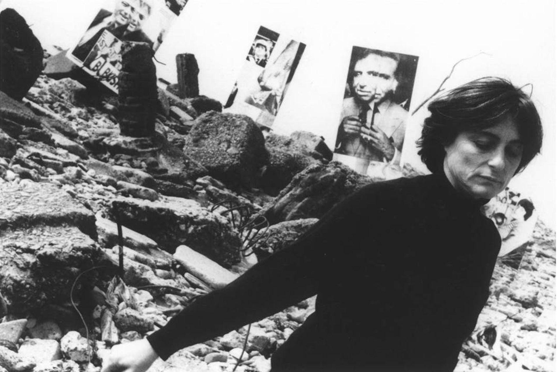 Retratada por Ludmila en la fotoperformance Imagen Pública - Altas Esferas, en Costanera Sur en 1993. Integra la muestra actual en Rolf Art