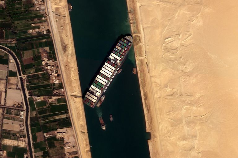 El carguero Ever Given, encallado en el canal de Suez, fotografiado por el satélite NewSat-16, de la compañía argentina Satellogic