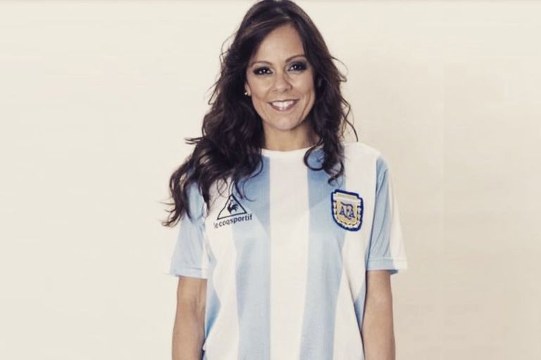 Fabiola Andrade, con la camiseta argentina: la presentadora de la televisión de Brasil dijo que espera un triunfo de Messi y desató una polémica en su país