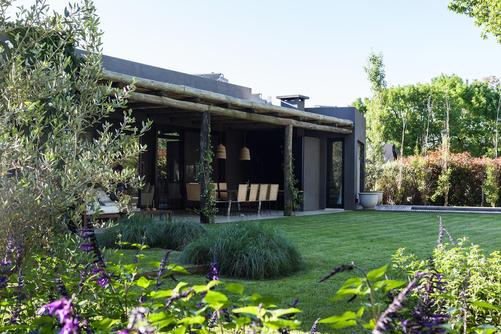 La intimidad de la casa casa está protegida por arbustos que la rodean.