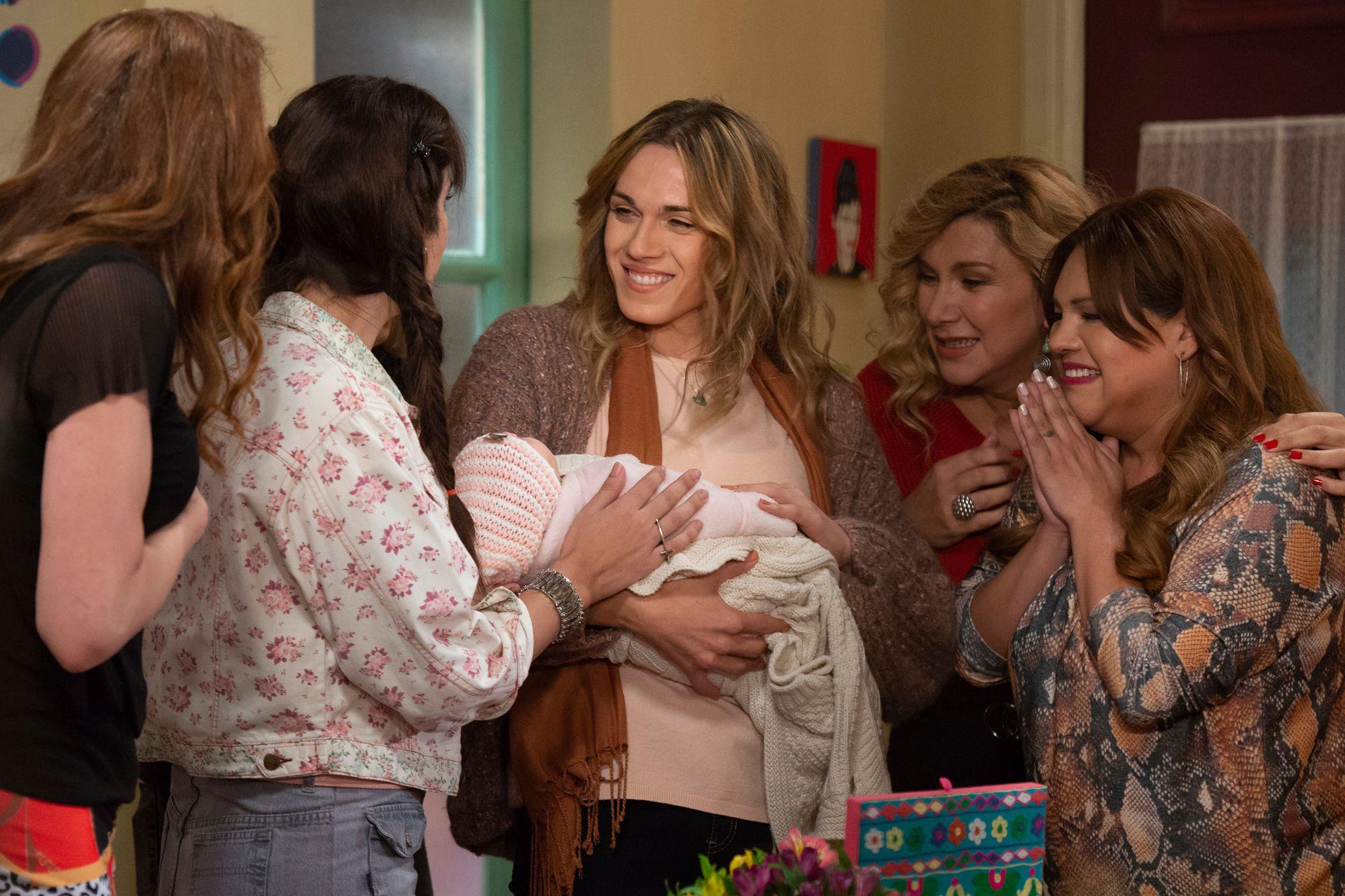 Emma (Mariana Genesio) es la donante de esperma y sostiene feliz en sus brazos a Victoria