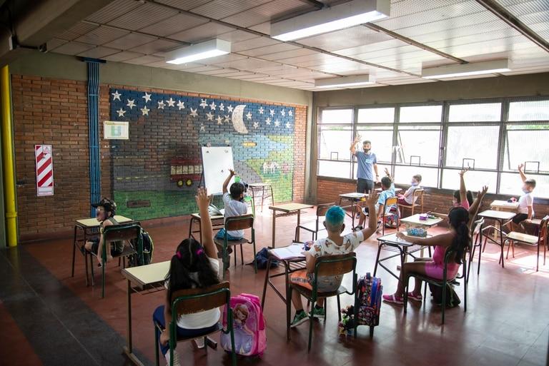 El paso a paso para que los progenitores y tutores de menores de edad puedan pedir una licencia en sus trabajos los días que no deban asistir de manera presencial a clases