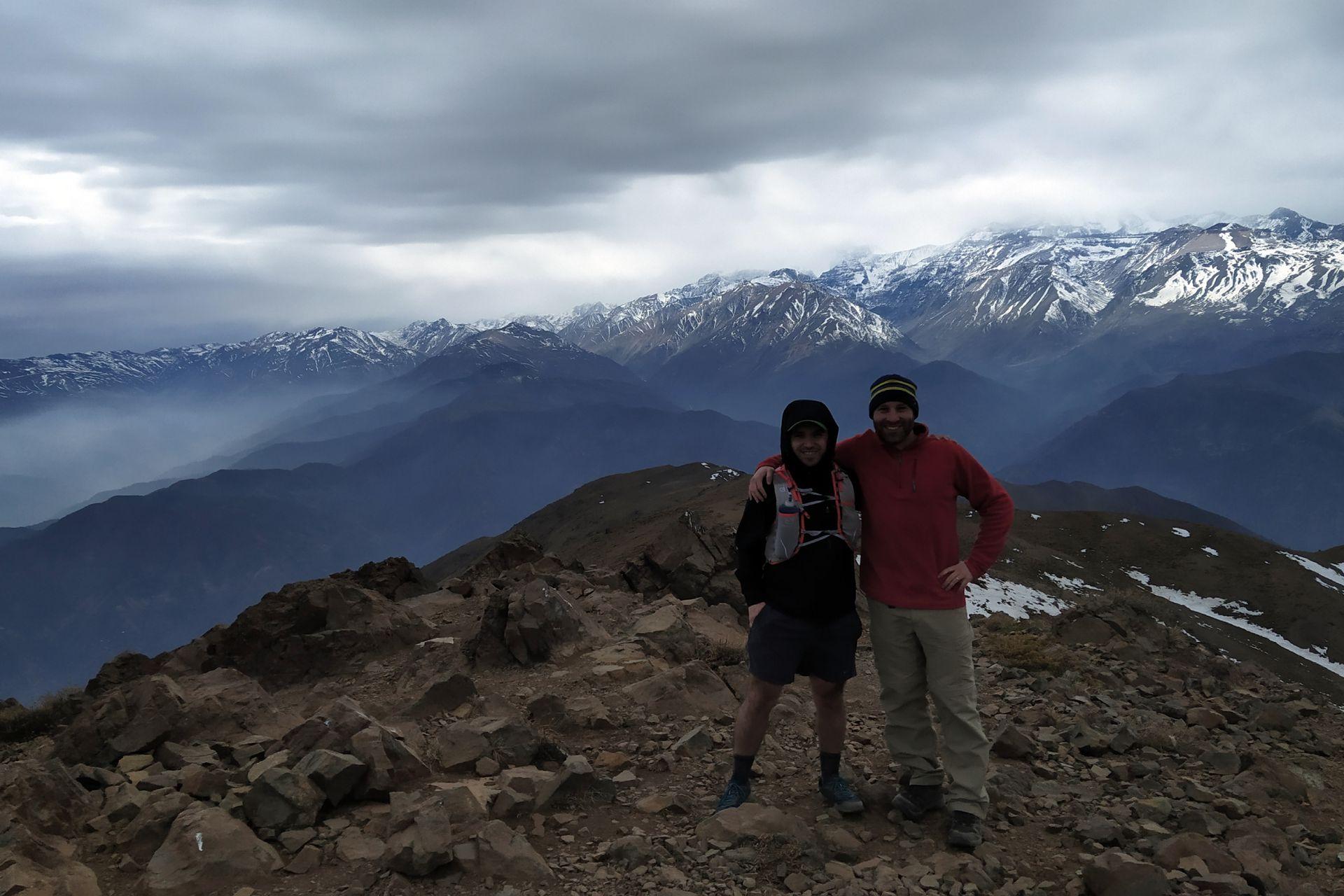 Alejandro, junto a un amigo en las montañas chilenas.