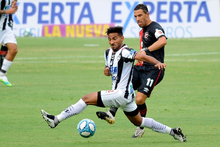 Maxi Rodríguez remata; la Fiera fue la figura de Newells en el triunfo ante Central Córdoba 3-1