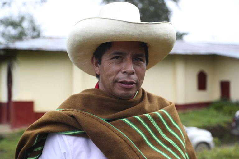 El candidato presidencial por el partido Perú Libre, Pedro Castillo, posta para una foto en su casa en Chugur, Perú, el viernes 16 de abril de 2021. Castillo, un maestro rural que propuso reescribir la constitución peruana y deportar a todos los inmigrantes que viven en el país ilegalmente, enfrentará a la candidata rival Keiko Fujimori en la segunda vuelta de las elecciones presidenciales del 6 de junio. (AP Foto/Martín Mejía)