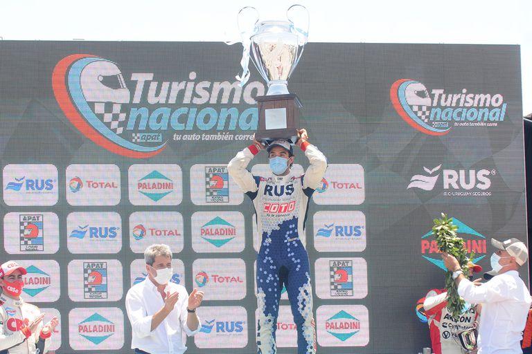 Manu Urcera celebra con la copa del campeón; el rionegrino revalidó el título del año pasado en la Clase 3 del Turismo Nacional
