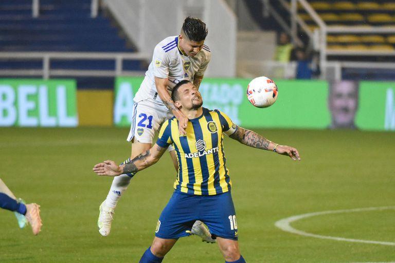 Jorman Campuzano le gana en las alturas a Emiliano Vecchio durante el partido que Boca y Rosario Central disputan en el Gigante de Arroyito.