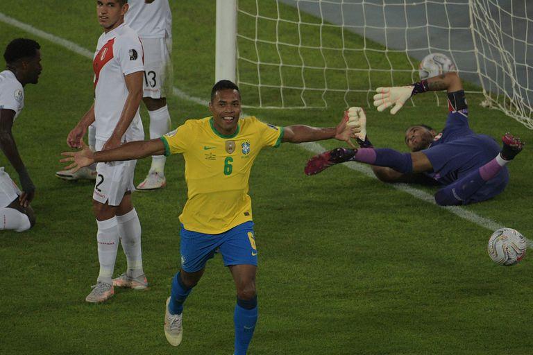 Alex Sandro celebra el primer gol de Brasil ante Perú