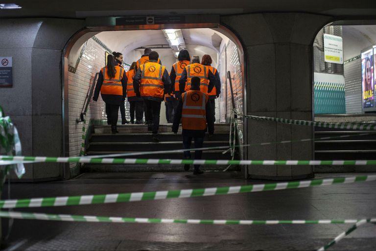 Los empleados del metro de París caminan en un corredor de una estación el lunes 9 de diciembre de 2019. Los viajeros de París se desplazaron a trabajar hoy a través de atascos excepcionales, mientras las huelgas para preservar los derechos de jubilación interrumpieron los trenes y el metro por quin