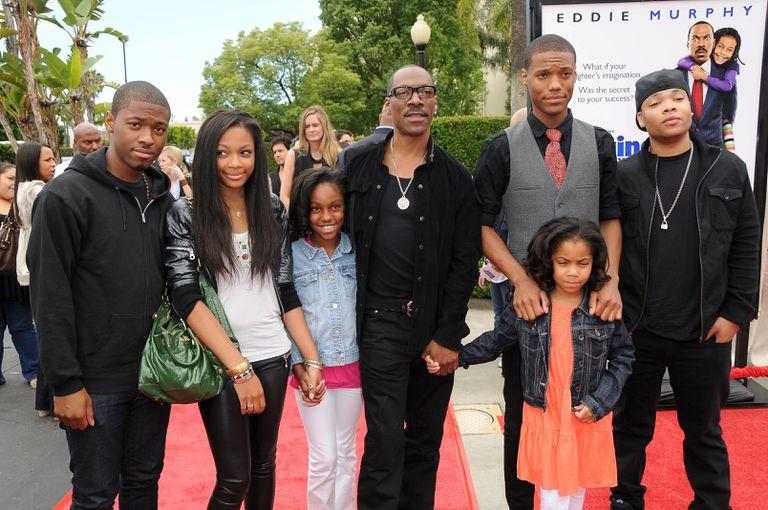 Eddie Murphy con seis de sus diez hijos en Los Ángeles