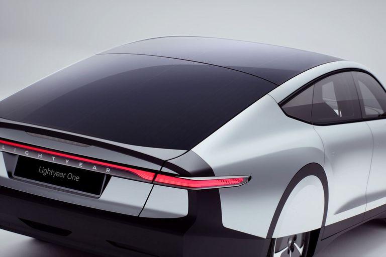 El Lightyear One es un auto eléctrico que recarga sus baterías con los paneles solares de su techo y capot