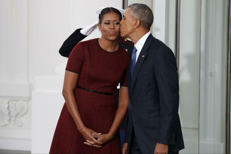 Barack Obama y Michelle, en 2017, antes de recibir a Trump en la Casa Blanca