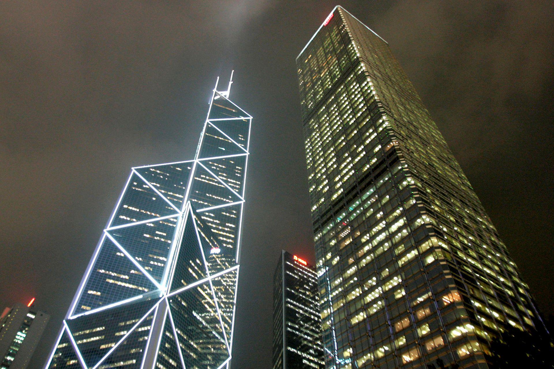 A la derecha, la torre Cheung Kong Center, diseñada por Cesar Pelli y asociados, Hsin-Yieh Architects y Leo A. Daly Pacific Limited