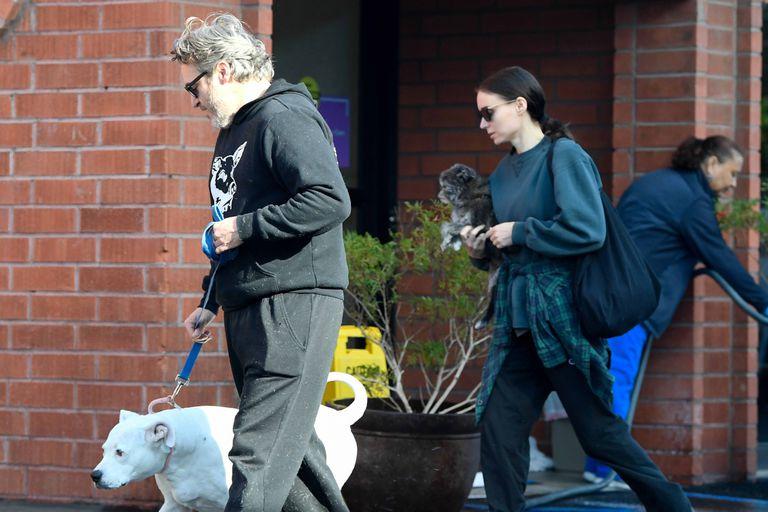 Joaquin Phoenix y Rooney Mara junto a sus perros