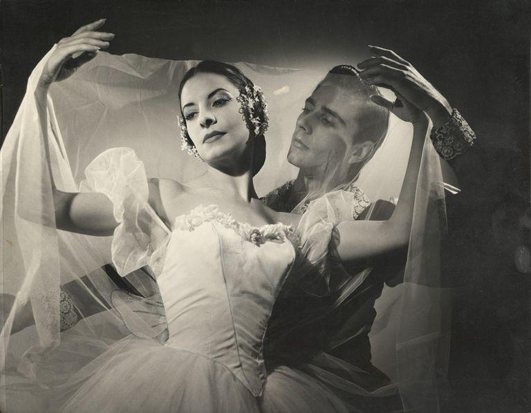 Alicia Alonso y Reyes Fernández en Giselle, en una fotografía tomada por Annemarie Heinrich, que el Museo Nacional de Bellas Artes atesora en su colección