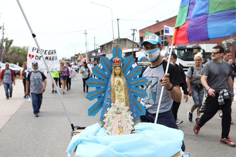 Con barbijo, distancia y tramos más cortos, miles de personas marchan a Luján