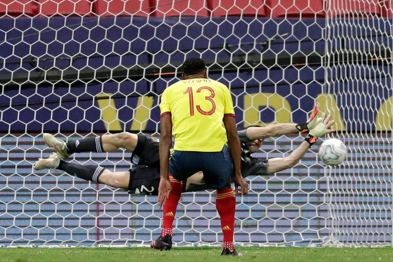 Emiliano Martínez ataja el disparo de Yerry Mina durante la tanda de penales del partido que disputan Argentina y Colombia por la Copa América 2021