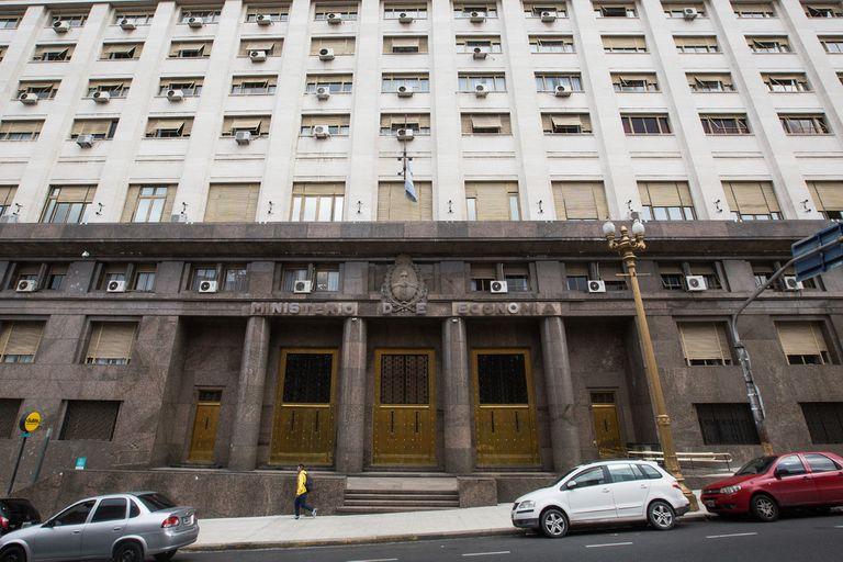 La explanada del Ministerio de Economía, cartera donde suman caja para enfrentar los vencimientos de deuda en pesos de fin de mes.