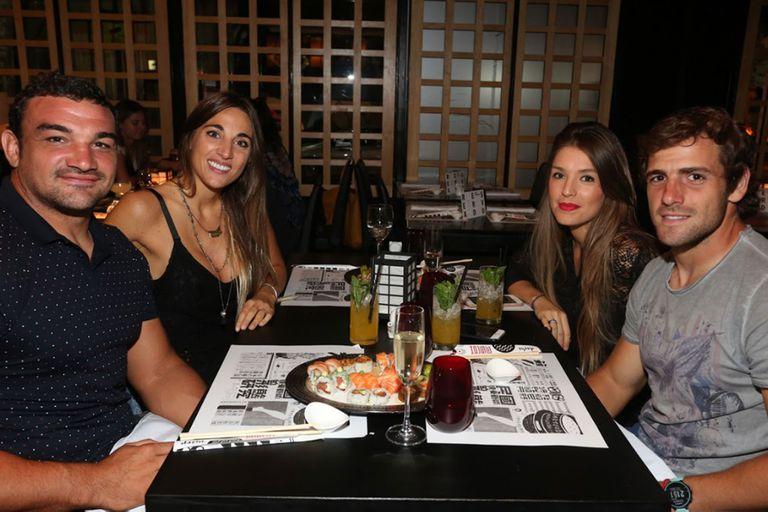 Los Pumas Agustín Creevy y Nico Sánchez, con sus novias