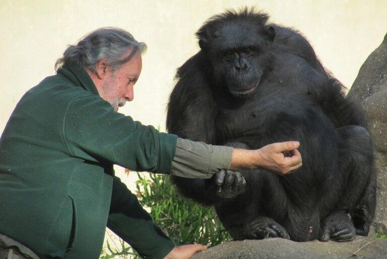 Tomy, junto a su excuidador, en el zoológico de La Plata