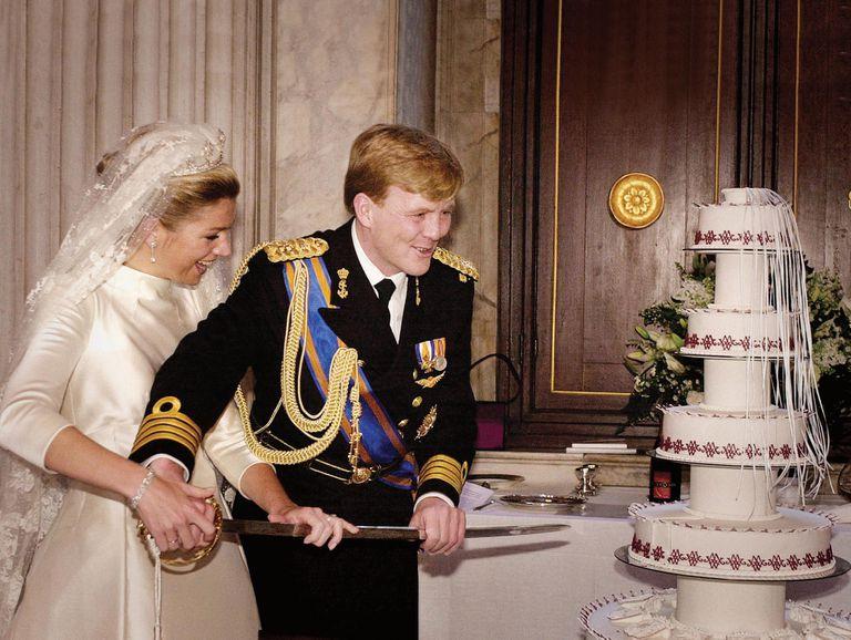 En la boda los novios cortaron la torta con el sable de marino de Guillermo Alejandro