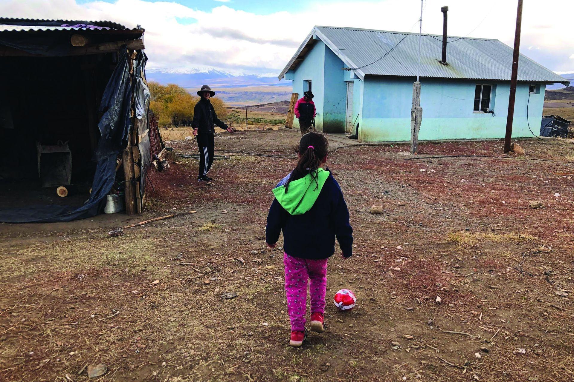 Cuando tienen un rato libre, Shaiela y Jhonatan se ponen a jugar al fútbol