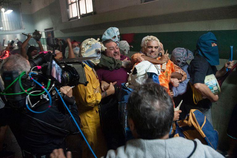 Claudio Rissi y Nicolás Furtado, en una escena clave del rodaje de El Marginal 3, cuando son interceptados por un grupo de presos durante una fiesta de carnaval en San Onofre