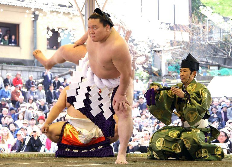 """Hakuho realiza un """"dohyo-iri"""", el ritual de purificación del anillo en que se combate, en 2008 en Tokio, en los primeros años de su pletórica carrera de 17, la mejor de todas las eras en el sumo."""