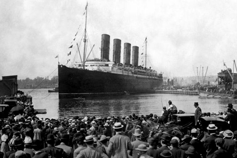 Una multitud concurrió al puerto de Southampton para ver la partida del Titanic. Violet Jessop integraba la tripulación.