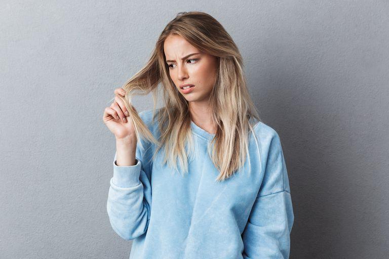 Beber agua, desenredar con acondicionado y, no frotar el pelo mojado con la toalla, algunos consejos para evitar las puntas abiertas. Y más consejos para reparar las fibras capilares.