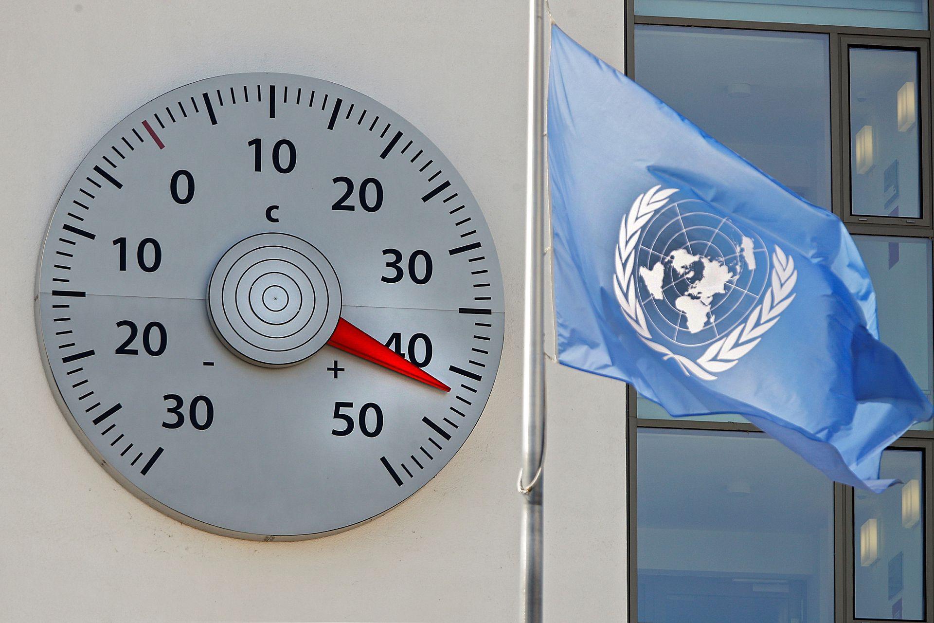 Un enorme termómetro montado en una pared de la sede de la Convención de las Naciones Unidas sobre el Cambio Climático (CMNUCC) muestra una temperatura de 42 grados centígrados en Bonn, Alemania