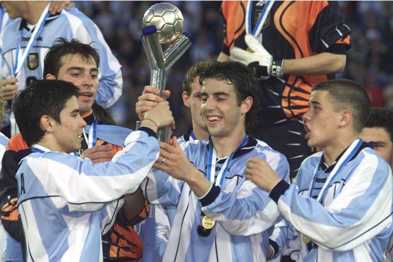 Javier Saviola, German Lux, Julio Arca y Andres DAlessandro levantaron la Copa en 2001, como locales