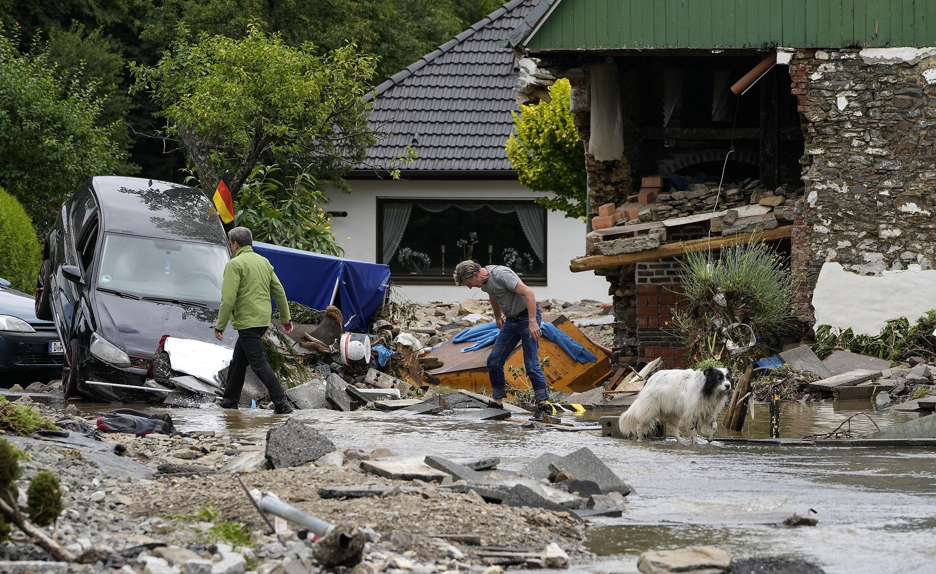 Las casas quedaron destrozadas y los autos apilados en medio de la calle