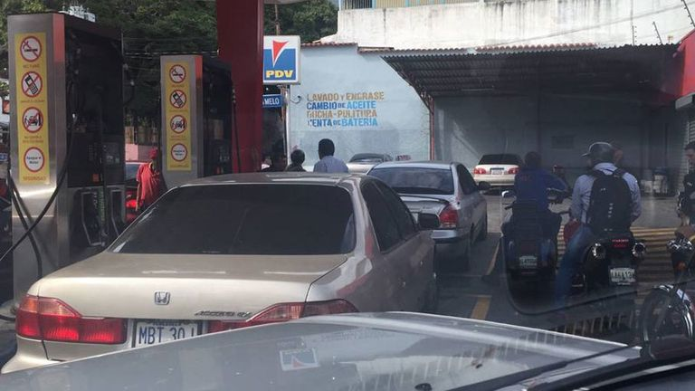Se ven colas de autos por la escasez de gasolina en Venezuela