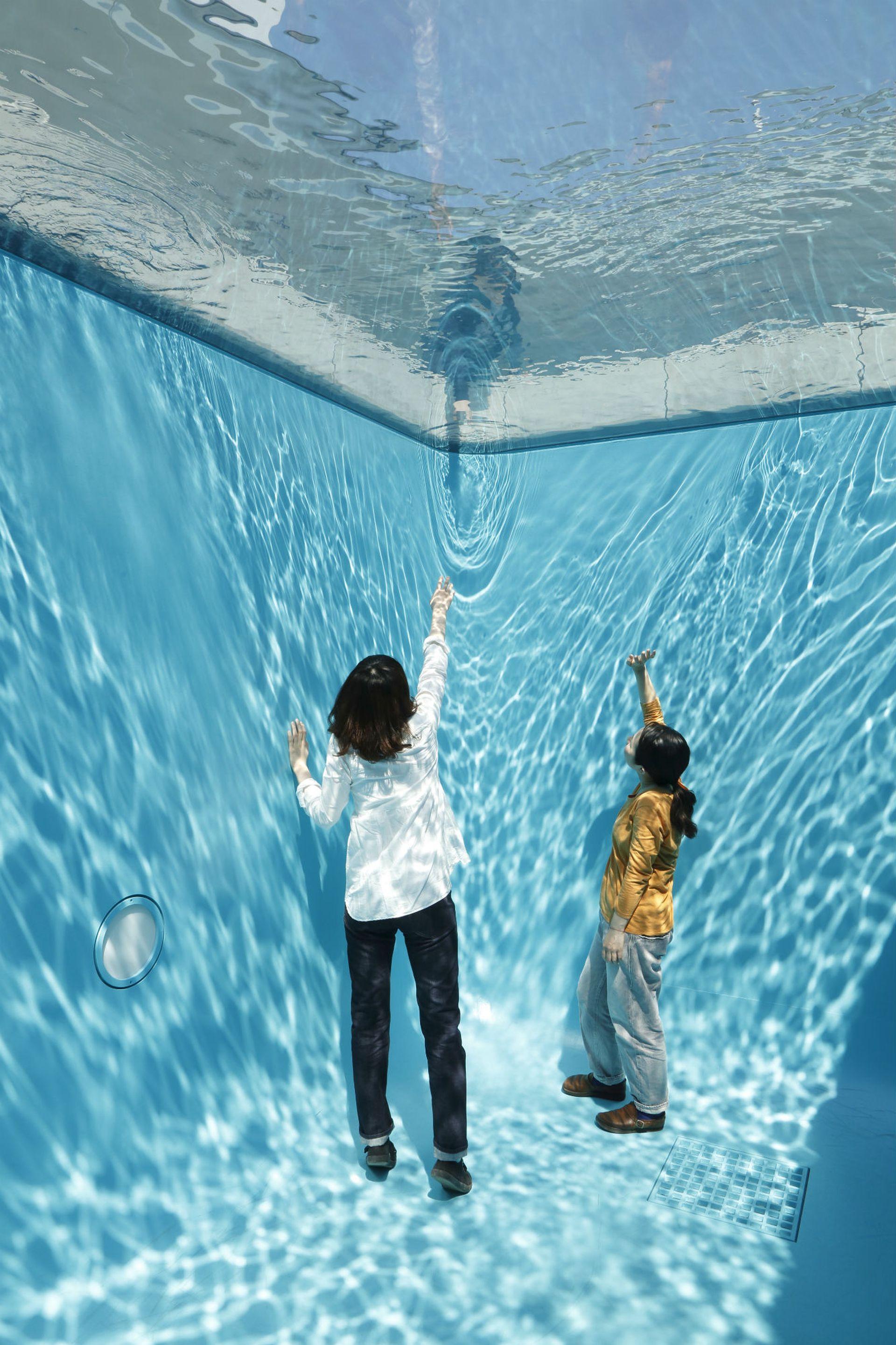 Detalle de La pileta (1999) de Leandro Erlich que produce la ilusión de poder vivir bajo el agua