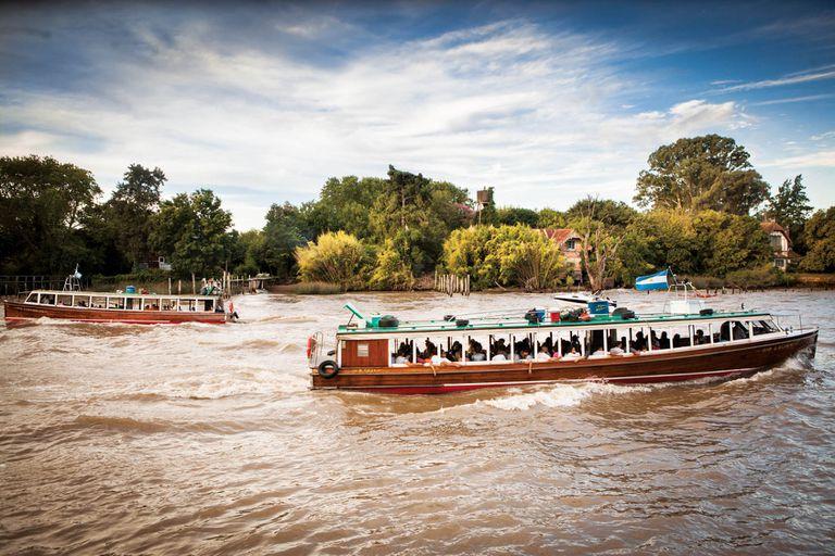 Lanchas colectivas sobre el río Luján