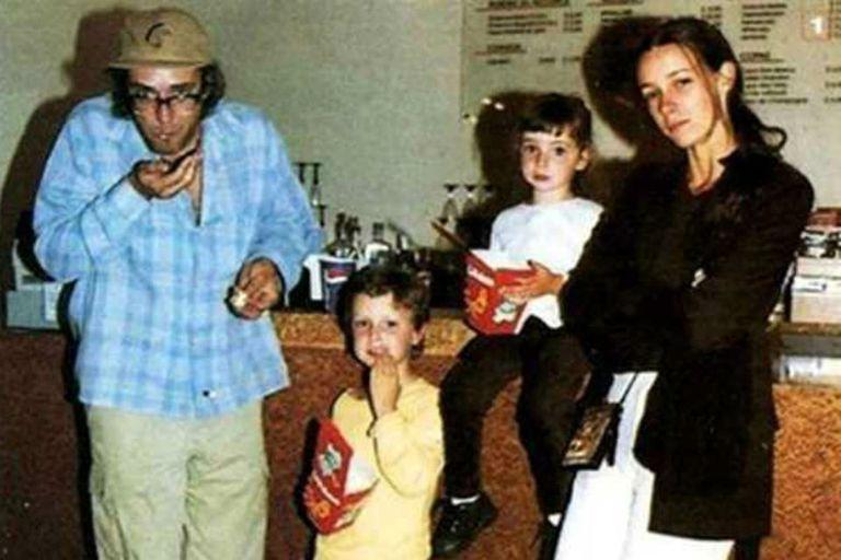 Postal familiar. Lisa y Benito Cerati junto a su papá Gustavo y su mamá Cecilia Amenábar