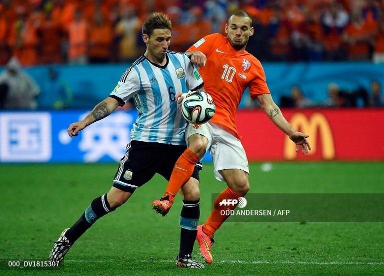 Sneijder, atacante de Holanda, mandado por Van Gaal a tapar a Lucas Biglia; fue en el Mundial Brasil 2014
