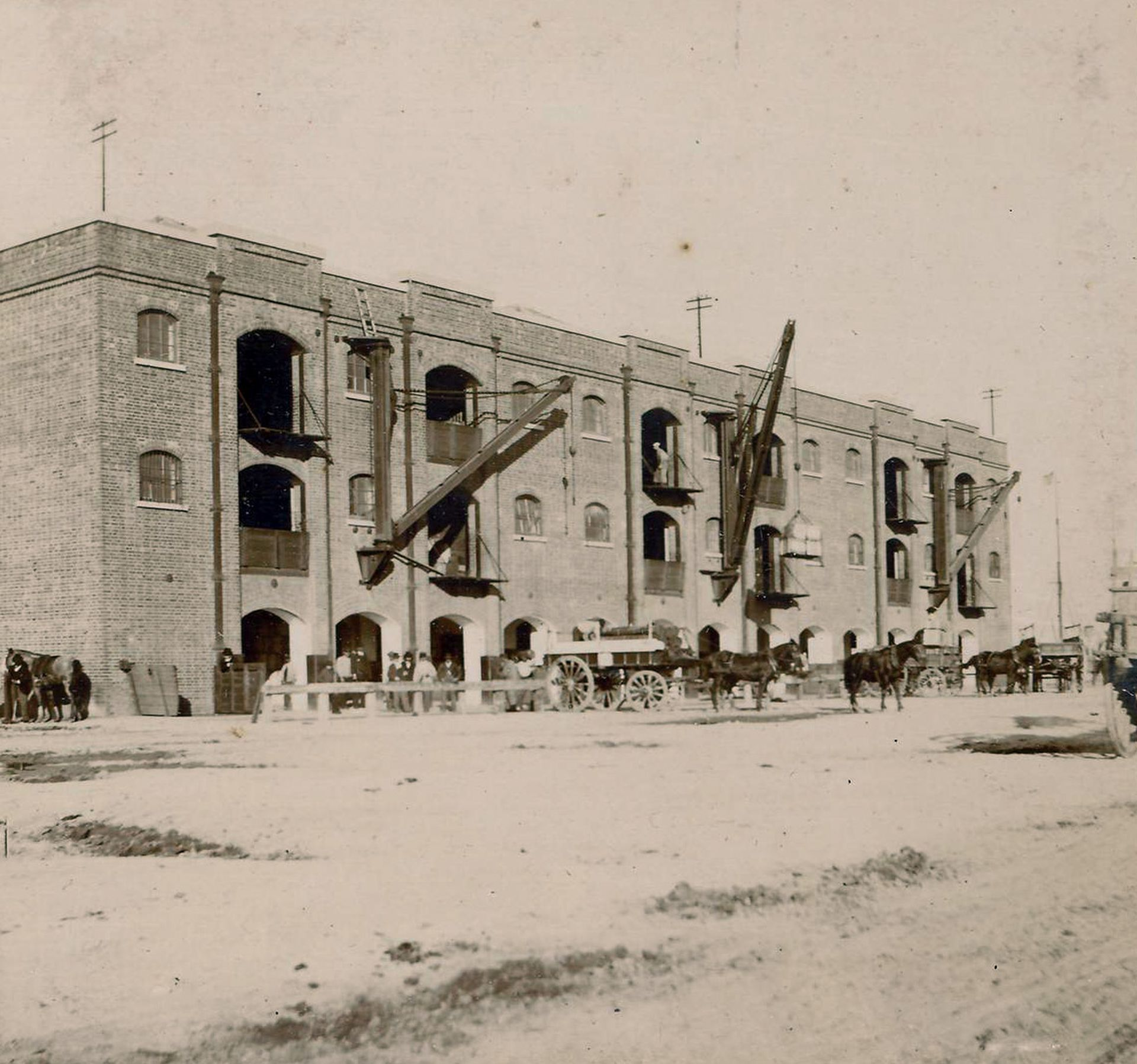 Los docks de Puerto Madero. Quedaron abandonados decenas de años, hasta que , en los años 90, fueron reconvertidos en un distrito cotizado de la ciudad de Buenos Aires.