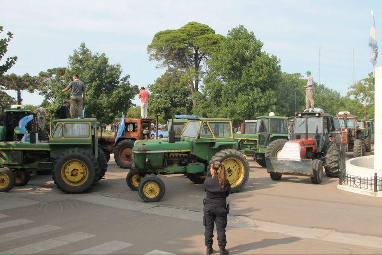 Protesta con tractores de Salliqueló. Foto: veradia.com/Facebook