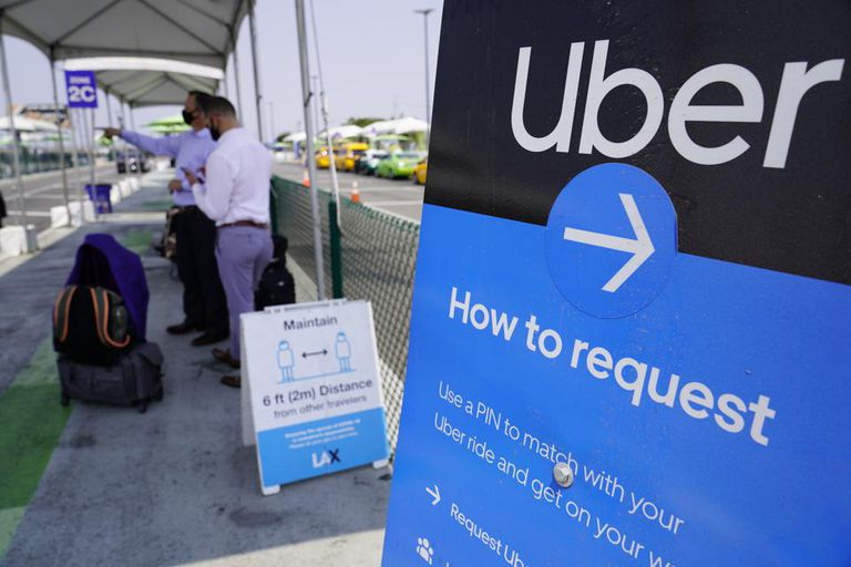 Pasajeros esperan la llegada de los vehículos del servicio Uber en una parada en el aeropuerto de Los Angeles, Estados Unidos